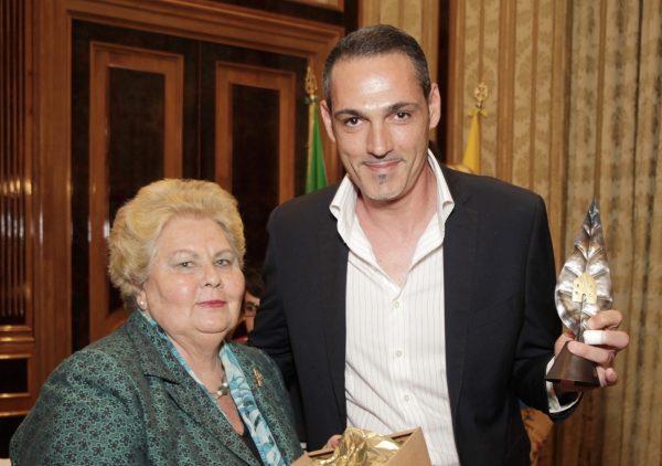 La Presidente del Fai Campania Maria Rosaria de Divitiis con il presidente dell'Associazione Gli Incisivi Adolfo Antinori, vincitori del Premio GreenCare 2016