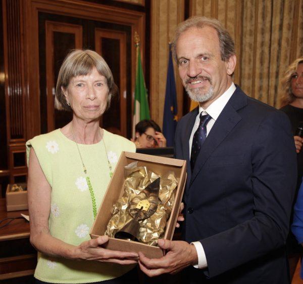 Il direttore dell'Orto Botanico di Portici Riccardo Motti premia Sijtsken Dupon per il suo giardino di Cicciano.