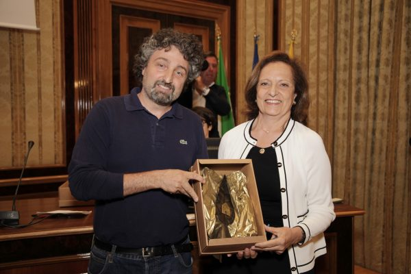 La presidente del Wwf Napoli Ornella Capezzuto premia il presidente del Parco Sociale Ventaglieri Francesco Giannino.