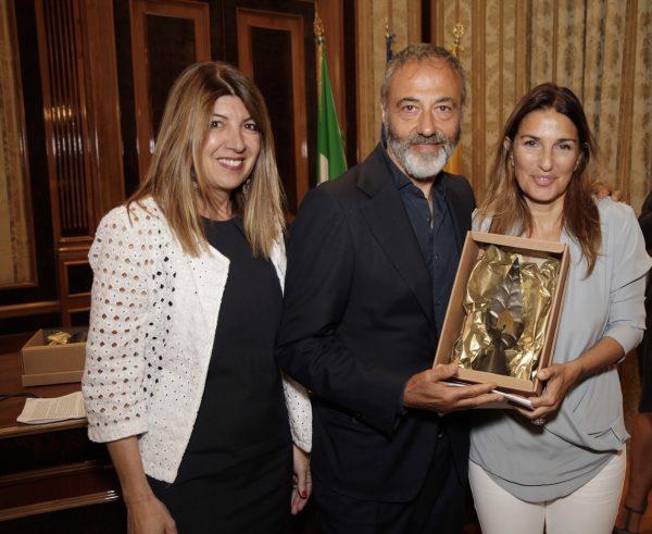 L'architetto Annamaria de Fanis, l'artista Michele Iodice e la presidente del Quartiere Intelligente Maria Cristina Di Stasio