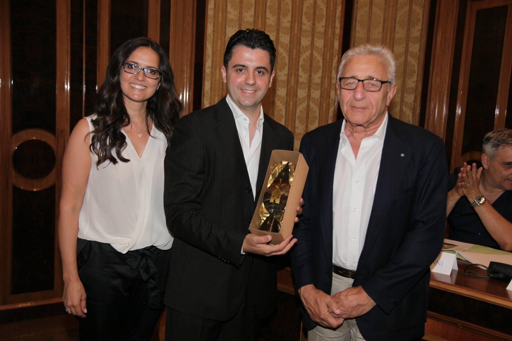 Premiazione dell'Istituto 43° Tasso-San Gaetano con il cavaliere del lavoro Gianni Russo, sponsor con la Russo di Casandrino Spa, delle attività civiche del Premio GreenCare.