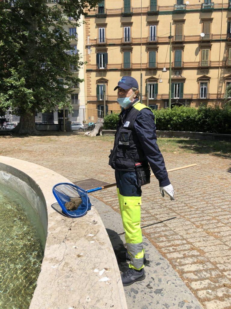 Un dipendente dell'ABC mentre ripulisce la Fontana della Tazza di Porfido in Villa Comunale