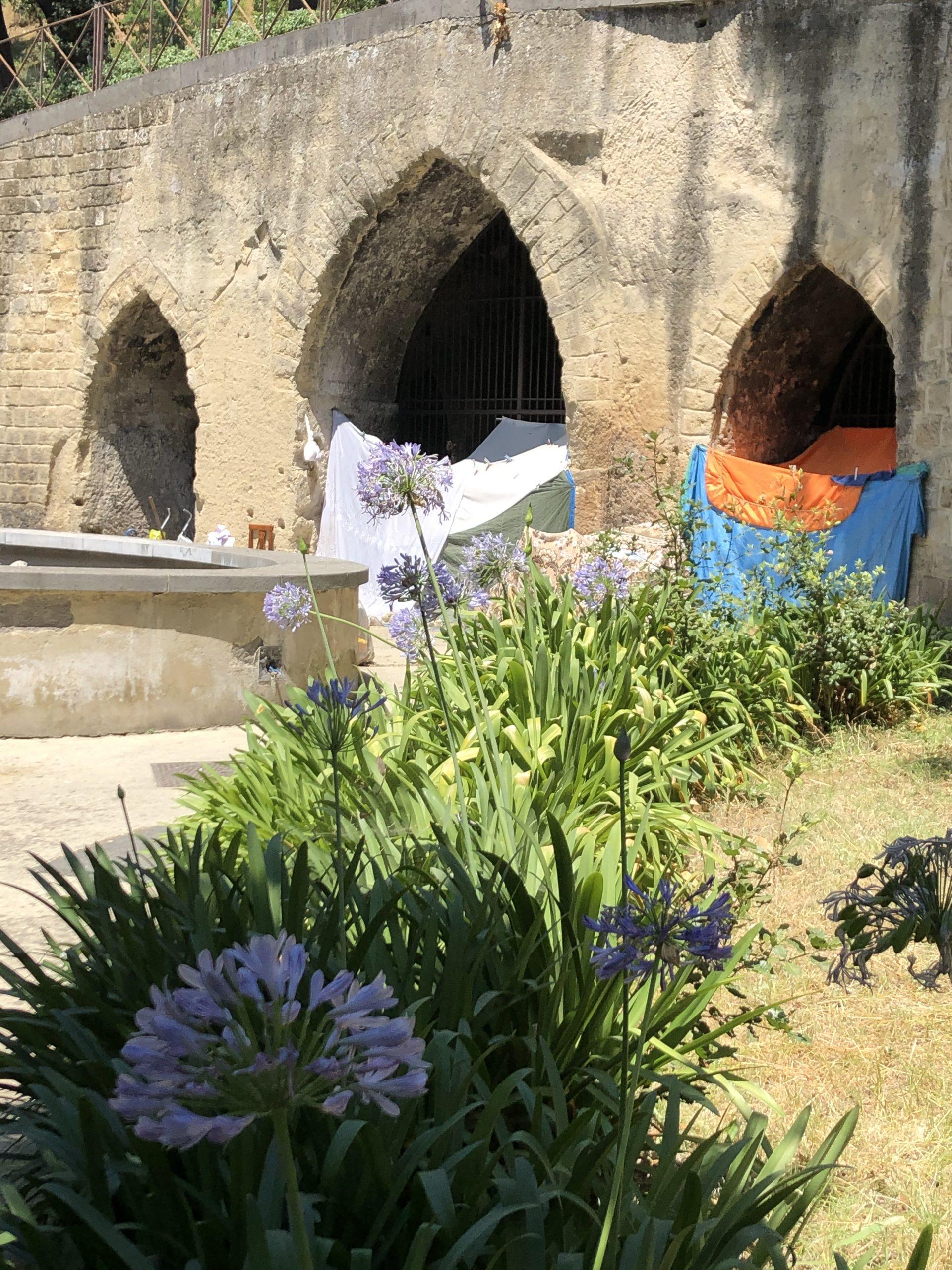 """Le """"case"""" dei barboni nei Giardini della Principessa Jolanda"""