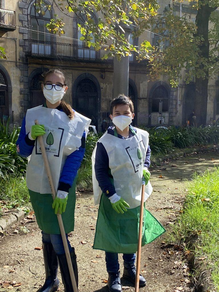 Caterina Coppola con il fratello Gennaro in una azione volontaria di cura di un giardino storico